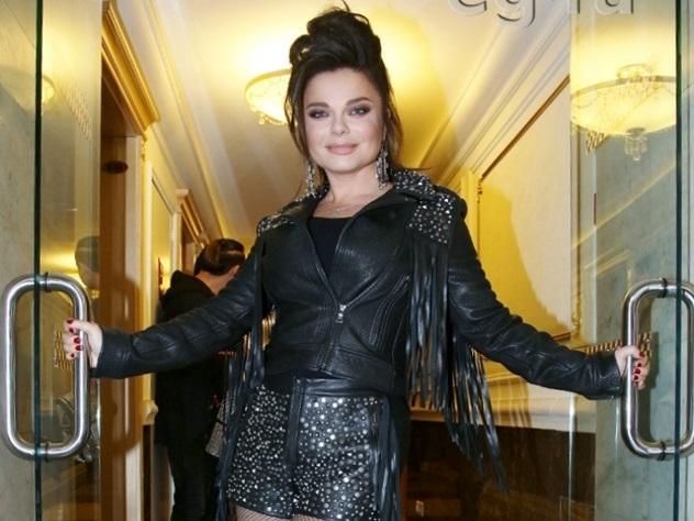 Наташа Королева покупает одежду нарынке «Дубровка»