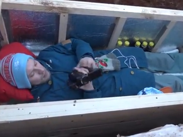 Видеоблогер ведет прямую трансляцию прямо из могилы