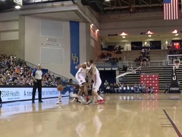 Баскетболист пробежал между ног у соперника