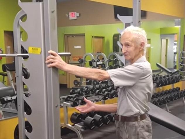 90-летний житель америки подтянулся натурнике 24 раза