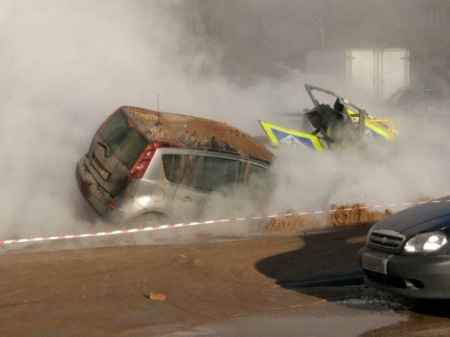 НаСикейроса красиво, однако неприятно для автомобилистов, прорвало трубу