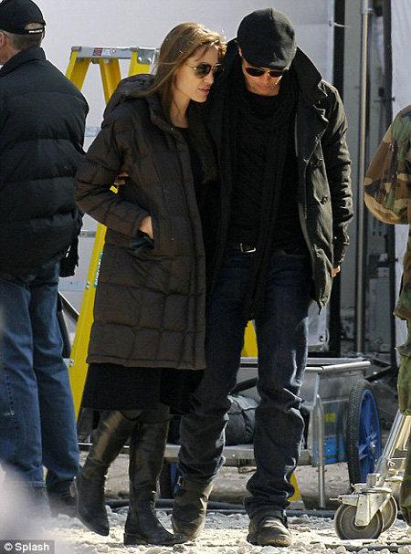 Анджелина ДЖОЛИ и Бред Питт на съёмочной площадке в Будапеште. Фото Daily Mail