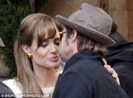 Так же точно парочка вела себя в Париже, когда Анджелина только-только начала сниматься в фильме Турист