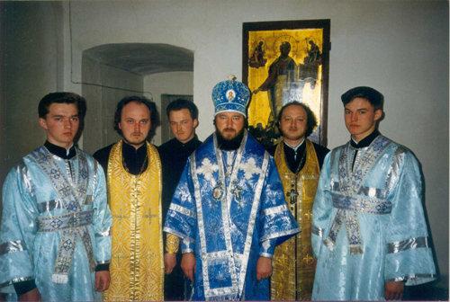 Владыка Тихон (в центре, в головном уборе) с братьями-священниками