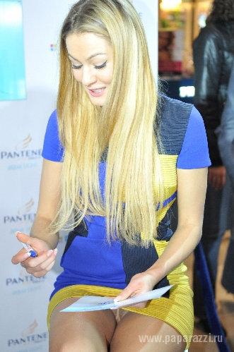 Маша КОЖЕВНИКОВА приняла пикантную позу и принялась одаривать всех желающих своими автографами.