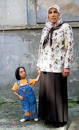 Взрослая дочь Этиф на метр с гаком ниже мамы Хатун