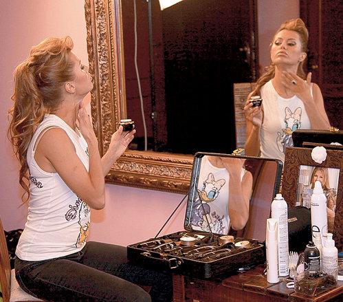 Виктория всегда сама делает макияж