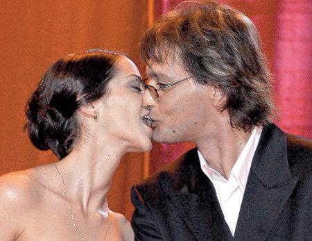 С ДОМОГАРОВЫМ на кинофестивале «Лики любви» лобзалась прямо на сцене (2005 г.)