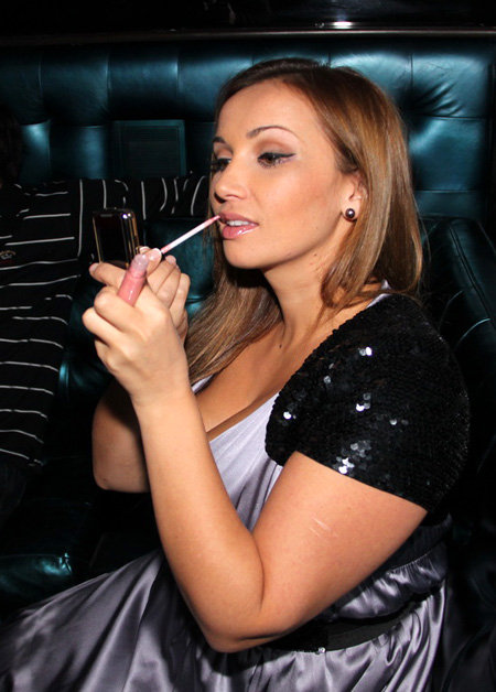 Анфиса всегда носит в сумочке целый арсенал косметики. Фото Бориса КУДРЯВОВА