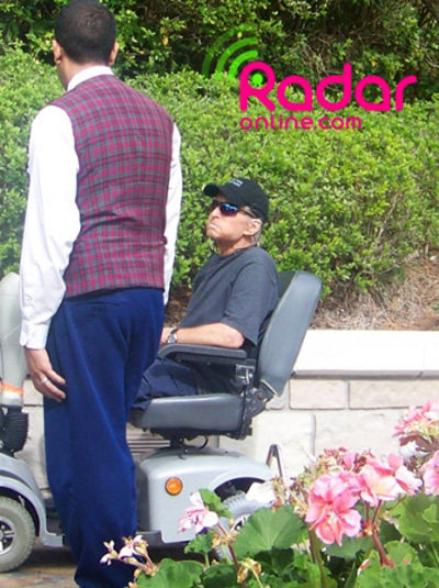 Майкл ДУГЛАС так обессилел от химиотерапии, что передвигался на специальном скутере, заменявшем ему инвалидную коляску