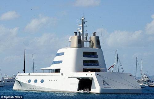 Посудина стоимостью 400 млн. долларов была спроектирована французским дизайнером Филиппом СТАРКОМ.