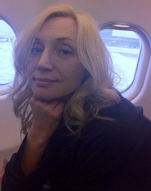 Певица в самолёте по пути в США