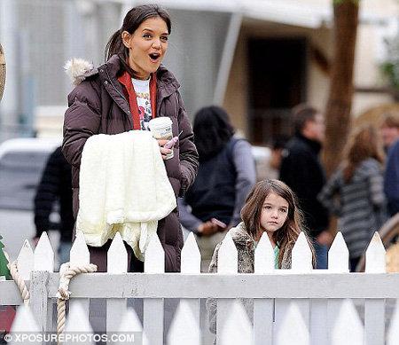 Мама Кэти попыталась расшевелить дочку, показывая ей пони...