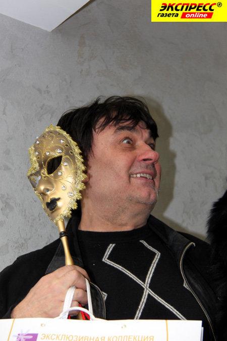 Александр СЕРОВ загадочно весь вечер пртал лицо под маской.