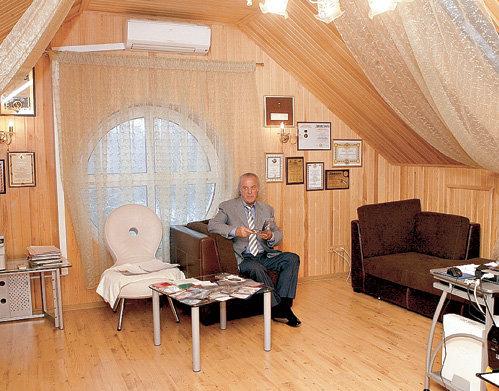 На чердаке народный артист России устроил офис и домашний кинотеатр