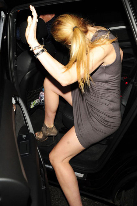 Собравшись домой, Гвинет принялась заползать в лимузин...