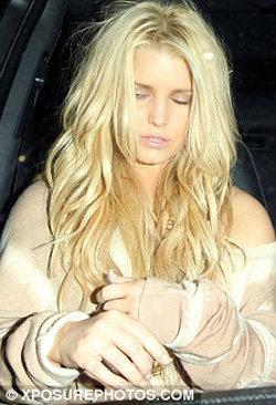 Лицо певицы выражало непонимание происходящего - фото Daily Mail