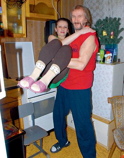Владимир ЕРМАКОВ носит новую возлюбленную на руках