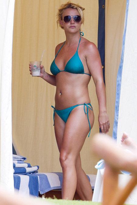 Когда певица в августе прошлого года отдыхала на Гавайях, она выглядела гораздо стройнее