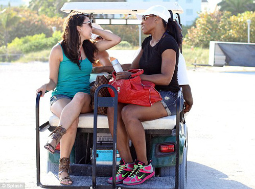 В отель Серена и её подруга Вэл отправились на гольф-каре
