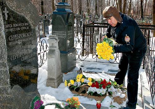 Станислав САДАЛЬСКИЙ принес жёлтые розы и зажёг лампадку на могиле Аллы КОНКИНОЙ (на фото - захоронение родственников Владимира КОНКИНА)