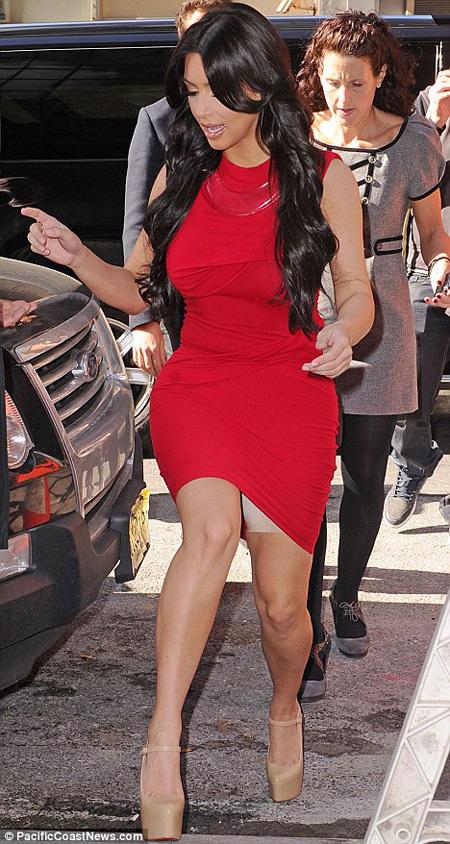 Прибыв на телешоу, Ким нечаянно приоткрыла свой секрет - утягивающие штанишки из спандекса