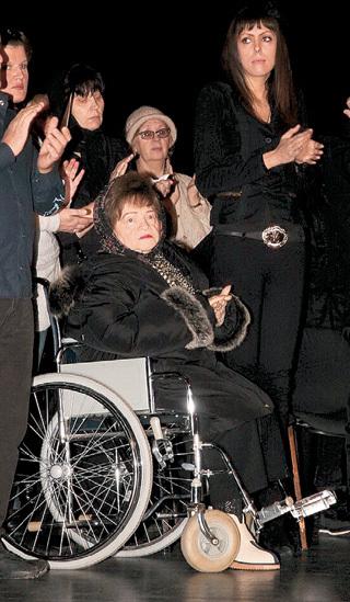 Александра Георгиевна, мама БАРЫКИНА, потеряла не только сына, но и кормильца (справа стоит Нелли)