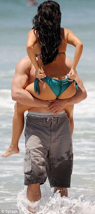 Ким КАРДАШЬЯН устроила со своим бойфрендом настоящее эротическое шоу на берегу моря.