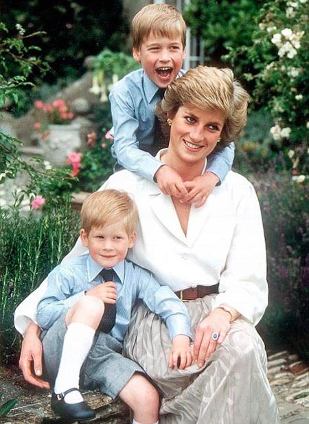 Леди Диана вместе со своими сыновьями, Уильямом и Гарри, в 1988 году. Фото: Daily Mail