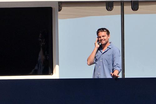 Лео поболтал по телефону...