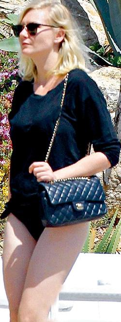 Французский шик: очки от Ray Ban и сумочка от Chanel сделали Кирстен своей на Лазурном берегу