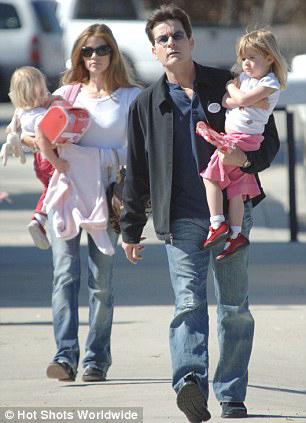 Дениз РИЧАРДС и Чарли ШИН с дочками Сэм и Лолой в 2008 году - в их счастливые времена.