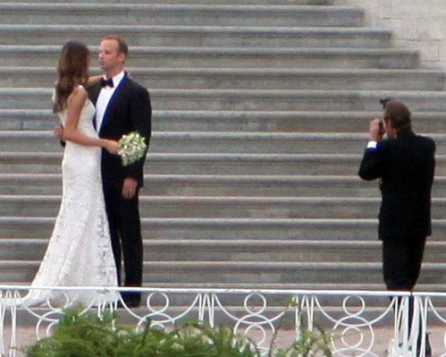 Под платьем невесты явственно угадывался животик