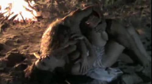 Если такие страсти творятся на холодном песочке перед съёмочной группой, то нетрудно представить, как супруги шалят наедине в спальне