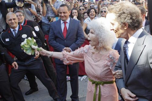 А после АЛЬБА кинула в толпу свой букет невесты. Фото: Splash/All Over Press.