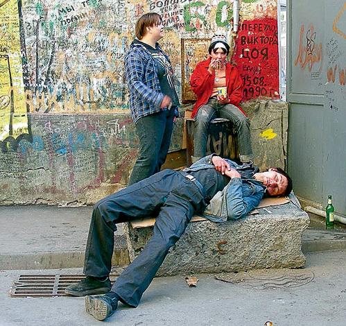 За последние 20 лет пьяных на улице стало гораздо больше, а их возраст значительно снизился. Юношеский и детский алкоголизм в нынешние времена уже никого не удивляет