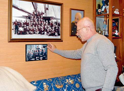 Среди фотографий есть репродукции фото экипажа яхты Николая II