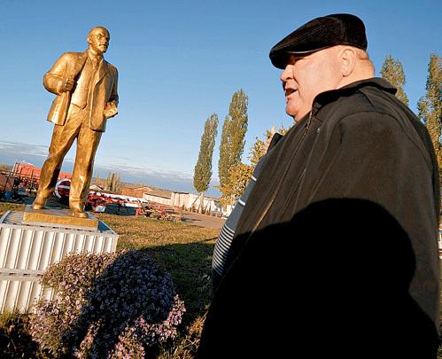 Председатель сельхозартели Владимир СОНЦЕВ уважает советских лидеров