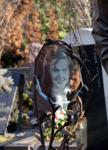 В высеченные из гранита ветви вмонтирован стеклянный кристал с портретом молодой Аллы Петровны