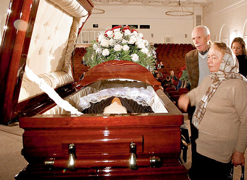Алла ЛАТЫНСКАЯ, вдова Олега БОРИСОВА, постояла у гроба, выразила соболезнования родным, но на поминки не пришла