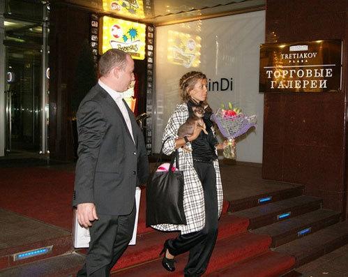 Викторию БОНЮ сопровождают собачка и телохранитель