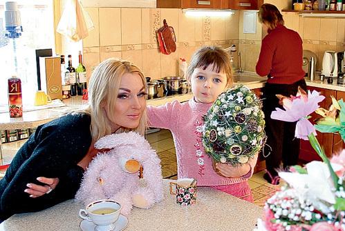 Рядом с умной воспитательницей своей дочери Настя чувствовала себя неловко