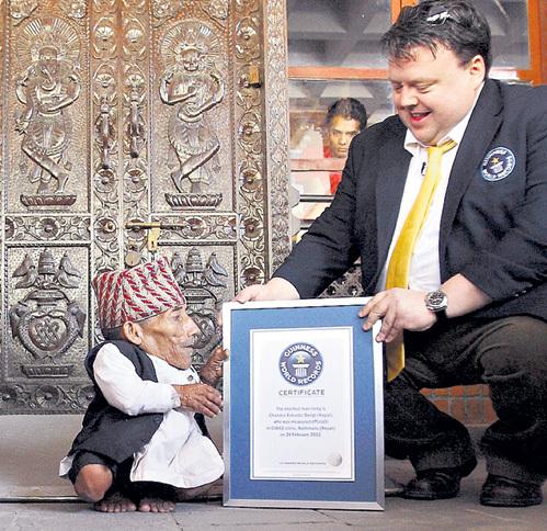 Вручение Чандре Бахадуре ДАНГИ сертификата Книги рекордов Гиннесса, подтверждающего, что он самый низкорослый житель Земли, прошло в тёплой, дружественной обстановке