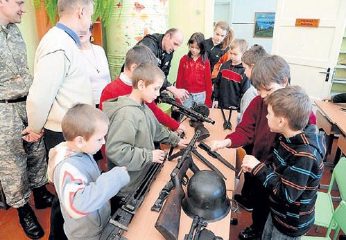 Детям с любовью показывают оружие легионеров...