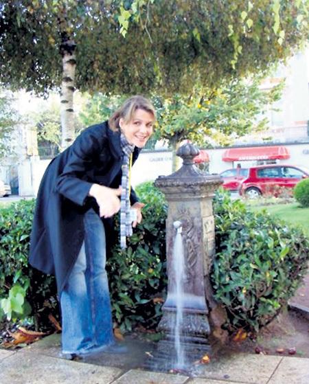 Во время поездки по Франции телеведущая обнаружила питьевой фонтанчик с водой «Эвиан»