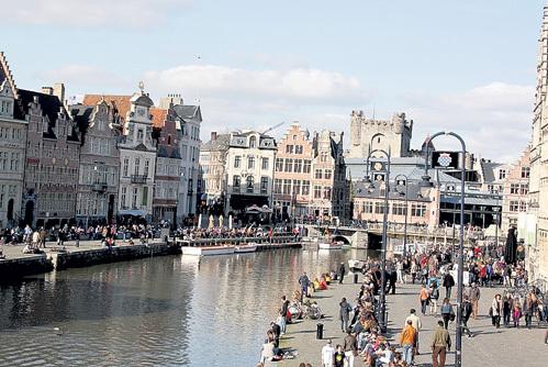 В солнечный день набережные каналов в Генте - самое популярное место отдыха
