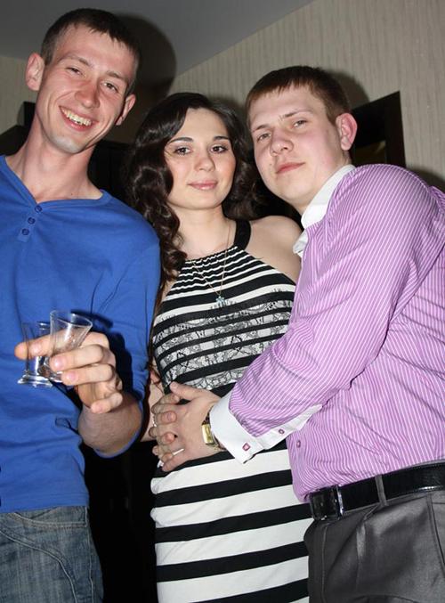 Максим Кузьминых (слева, в синей футболке): в студенческие годы уступил свою подругу Елену (в центре) лучшему приятелю Антону Никифорову (справа, в розовой рубашке). Но Антон ушел к другой.