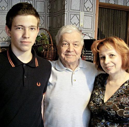 C женой Натальей и сыном Иваном. С супругой телеведущего познакомили знаменитые режисссеры УСКОВ и КРАСНОПОЛЬСКИЙ