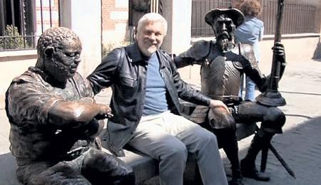 Памятник Дон Кихоту и Санчо разместился рядом с домом в испанском городе Алкала, где родился СЕРВАНТЕС