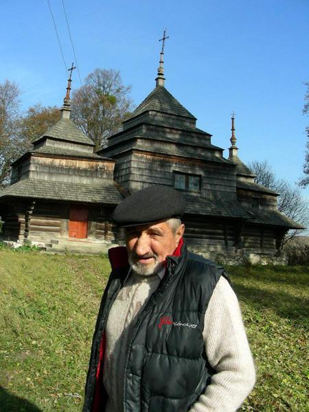Василий ЗАДОРЕЦКИЙ возле главной достопримечательности села – старинной деревянной церкви